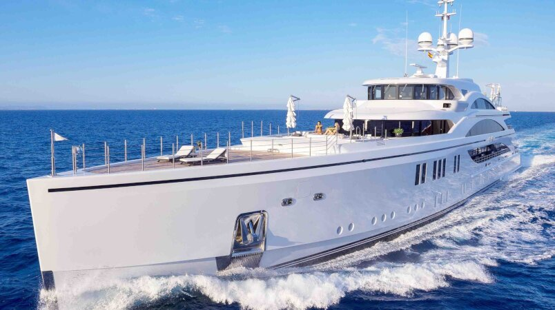 11.11 yacht for Charter